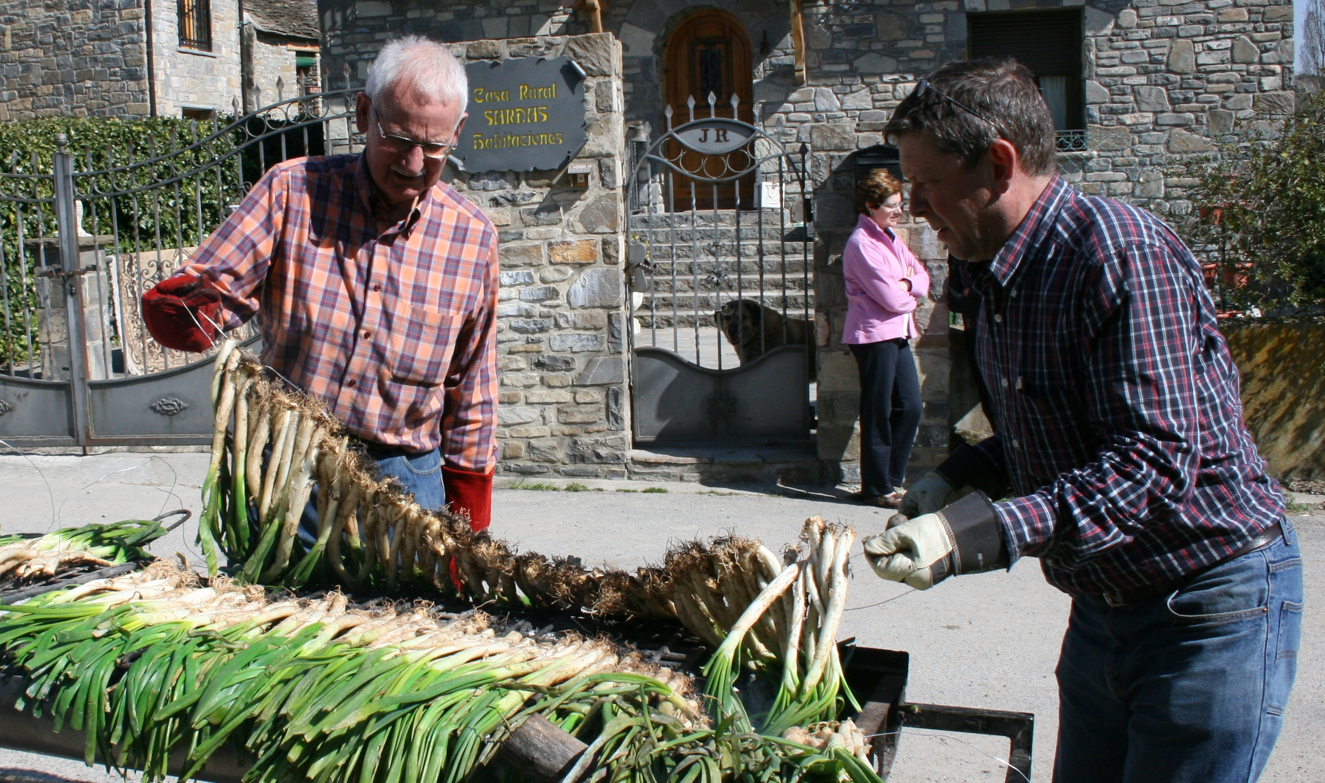 George and Juan Carlos preparing the calçotado.