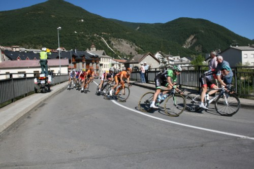 The leading group passing through Biescas