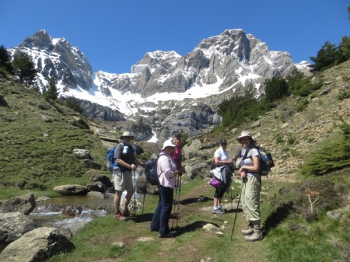 Hiking up to Ibon de Piedrafita with the cliffs of the Sierra de Partacua above