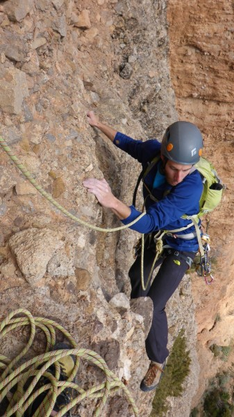 Jon climbing the first pitch of Irene y la Paz