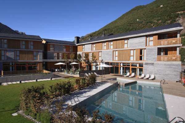 Hotel Tierra de Biescas garden and outdoor pool