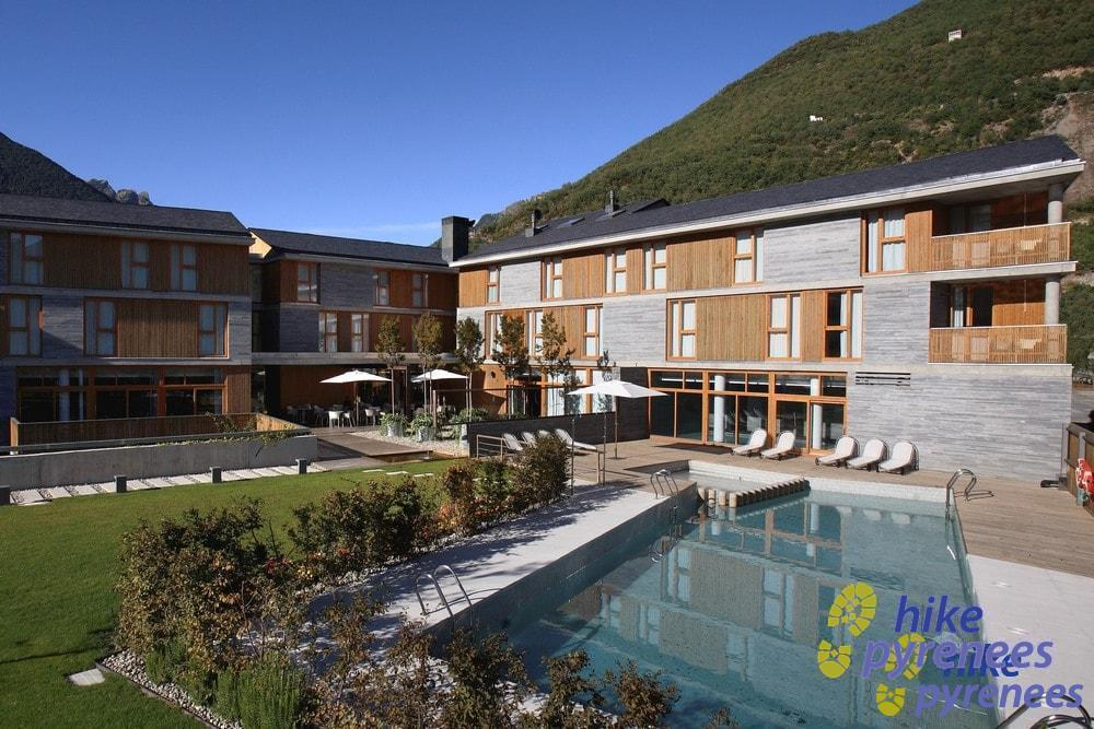 Hotel Tierra de Biescas - Outdoor pool and garden