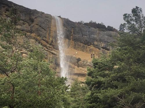 The ermita and path are right behind the waterfall