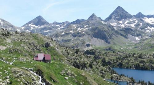 GR11-Hike-Pyrenees-Refugio-Respomuso-min