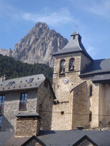 Sallent de Gállego church with the Forata behind
