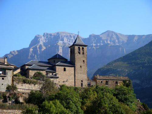 Torla's church with the cliffs of Ordesa behind