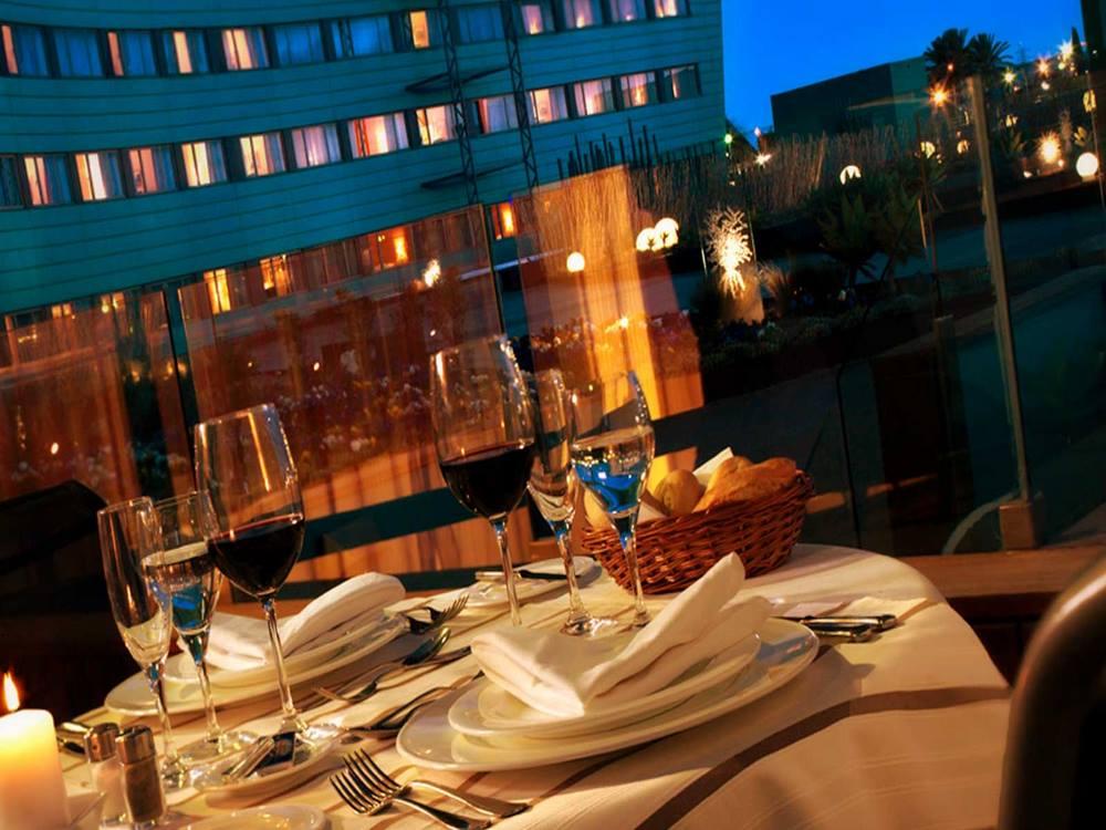 restaurant-at-night-min